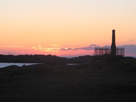 Schumannssteinen i Hovdevåg med solnedgang mot vest